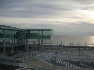ガラス張りの建物は喫茶店です。
