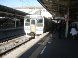 成田からはこのローカル電車に乗る。