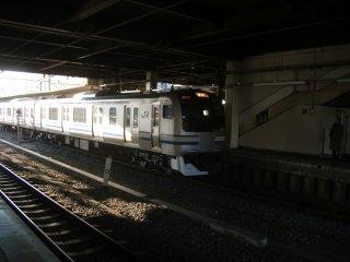 こちらにはこの横須賀総武線の電車に乗る場合もあります。