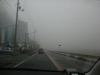 寒さが一層こたえる佐用の朝霧です。
