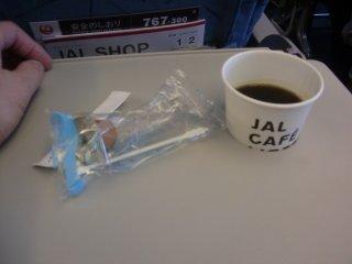 コーヒーカップが沈み込むトレイ、戸が内開きのトイレと些か古さを感じさせる機材でした。