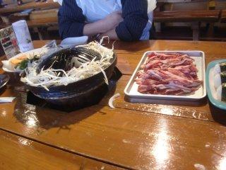 昼食はジンギスカン鍋をいただきました。