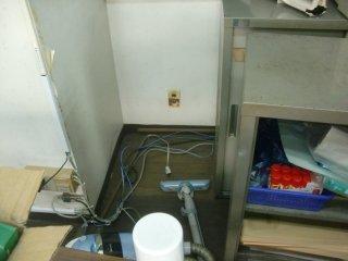 ゴミが溜まっていた押切棚の後ろの配線整理と徹底清掃をしました。