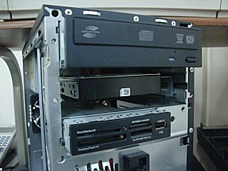 DVD-Rドライブの下方に取り付け。