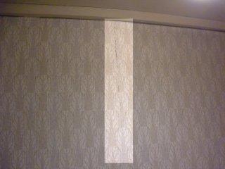 壁紙の亀裂の左側が室内壁、右側が室外(コンクリート)壁。