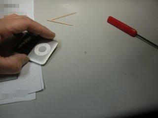 子供のiPod nanoのイヤホン端子に異物が詰まっていました。