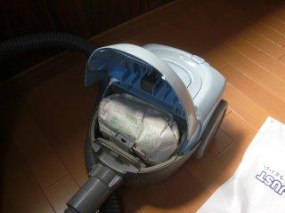 更衣室の掃除機の紙パックを換えようとしました。
