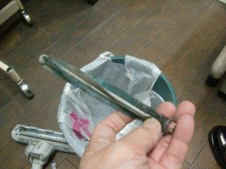 掃除機吸い込み口のローターを清掃。