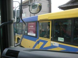 京阪バスに比べて狭小路の通行が下手糞な近鉄バス。