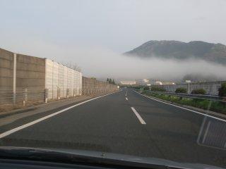 低く垂れ込めた朝雲の中を出社。