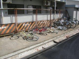 本社脇のマンションの自転車が強風で倒れていました。