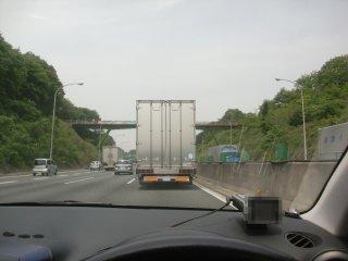 低速なくせに追越車線を塞ぐトラックです。