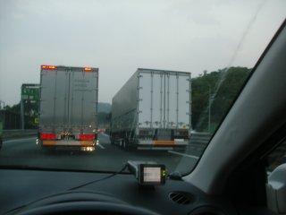 トラックが追越車線を占領するのはおかしいです。