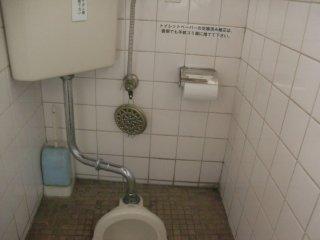 従業員の工夫によりトイレ蚊取が改良されました。