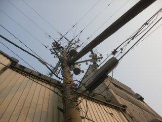 関電やJ:COMが入り乱れる当社敷地内の電柱です。