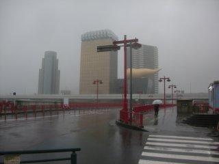 落語「文七元結」「唐茄子屋政談」に登場する吾妻橋。余りの風雨で東京スカイツリーが見えない!