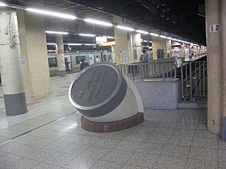 上野駅東北本線・常磐線長距離列車ホームでは石川啄木の歌碑がお出迎え。