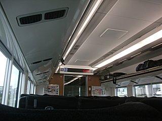 節電減灯のない明るいE657系の車内。