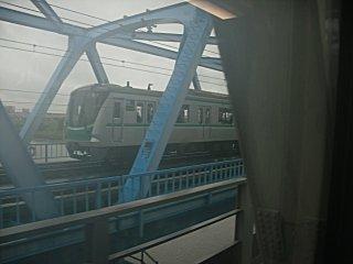 併走する東京メトロ・千代田線の16000系です。
