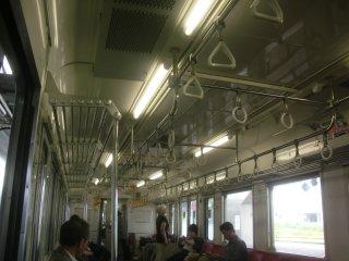 小木津往復と同じ旧型車(415系)で車内が薄暗いと気が滅入ります。
