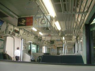 クルマは新しい(E231系)がこちらも間引減灯節電中。