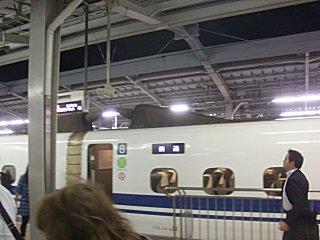 新大阪駅は工事中で階段・エスカレータが狭くなっていました。