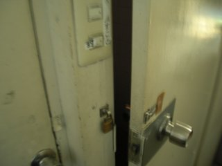 ドアは10センチ程度開けておく方が最良。