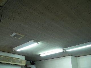 天井張替えと照明器具配置の最適化を柱とする省エネ工事を行いました。