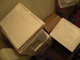 玄関に生協のボックスが積み重なっていました。
