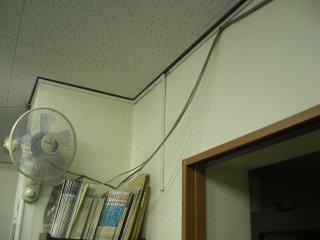 垂れ下がった配線のモール整理をします。