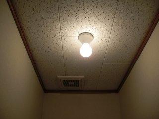 頻繁に使うトイレの電球をLEDに交換します。