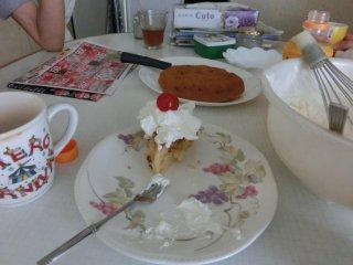 クリームケーキにミニトマトをトッピングした変わりスイーツです。