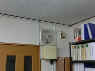 使っていない換気扇を塞いで熱風の侵入を抑えました。