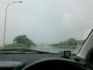 猛烈な雨の中、本社に向かいました。