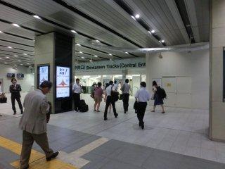 いまだ普請中の新大阪駅コンコース。