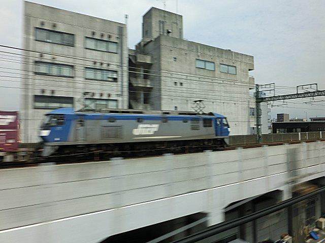 頻繁に行き交う貨物列車(浜松付近)。