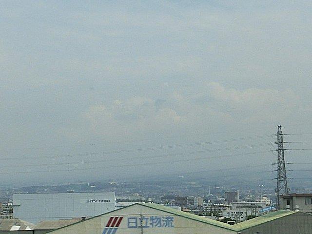 山頂のほんの少ししか見えない富士山です。