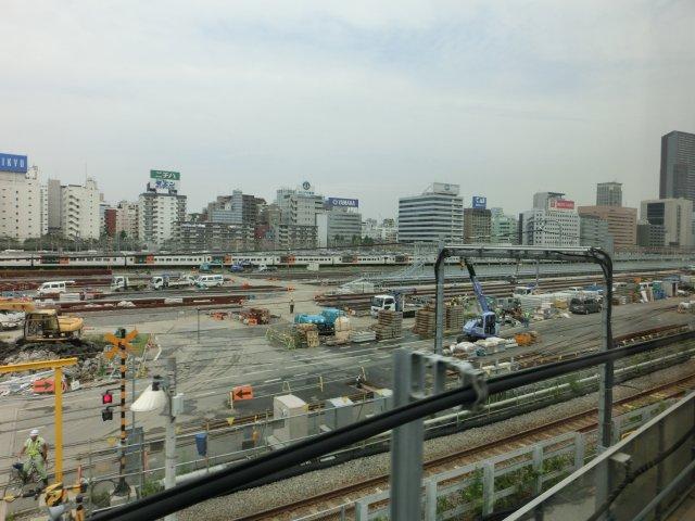 再開発が進む辻の札車輌基地跡地。バックには主要企業の広告看板がズラリ。
