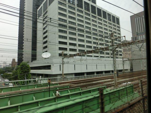 東京電力は、お詫びの垂れ幕くらい出したらどうなのか?(新橋の東電本社ビル)