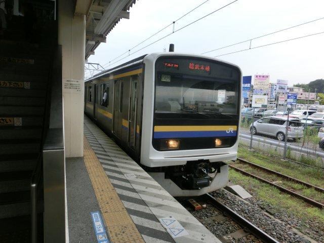 かつて京浜東北線で使われていた209系をトイレ取り付け改造して総武線に廻しています。