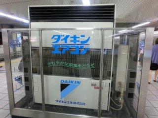 やはり大阪の夏は湿気過剰でキツいです。早速クーラーの場所に避難しました(地下鉄新大阪)。