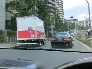 左のトラックの迷惑駐車が渋滞を引き起こしています。