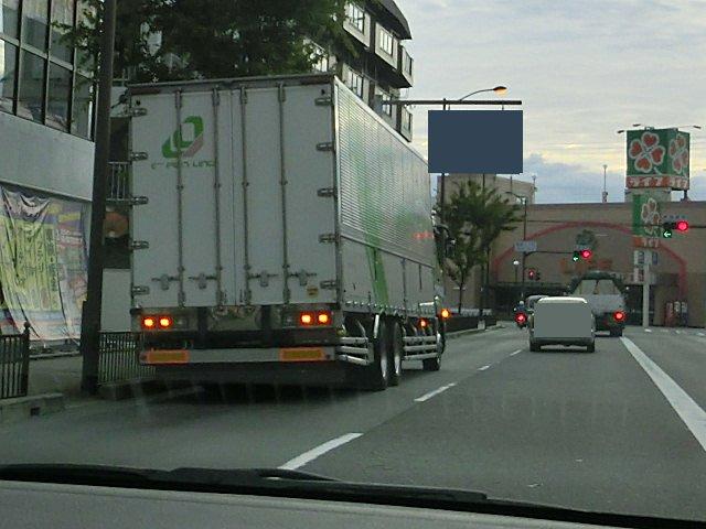 交差点付近で路駐する迷惑なトラックです。