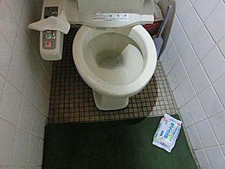 汚れたトイレ。