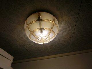玄関の電球が切れたので、LED球と交換しました。