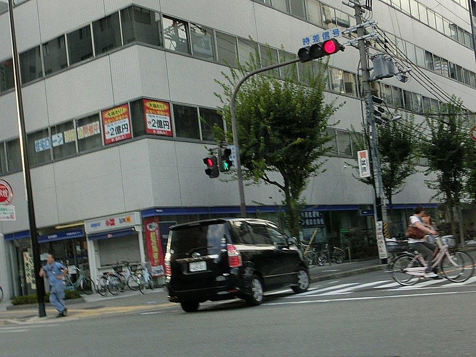 右折禁止交差点で右折する黒ワンボックスです。