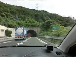 相変わらず鬱陶しい山陽道の連続トンネルです。