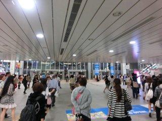 何時になく混雑していた新横浜駅。