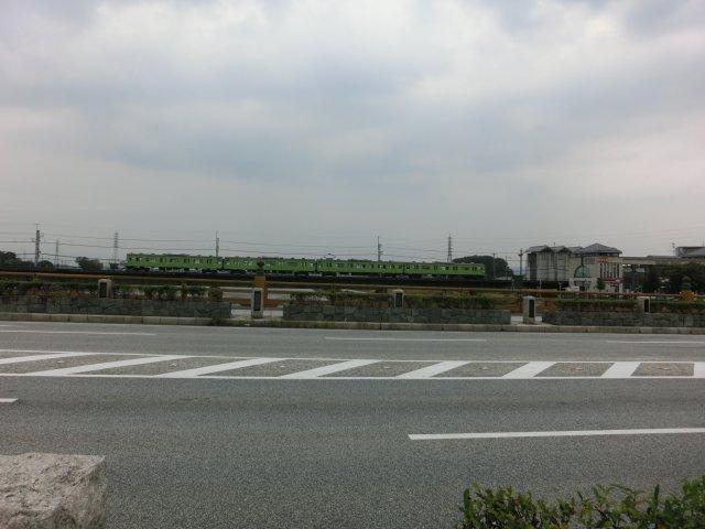 宇治川鉄橋を渡るJR奈良線電車。