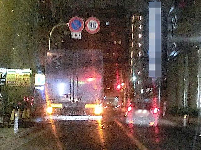 迷惑で事故を招く宅配便トラックの停車。
